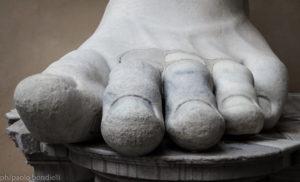ph/Paolo Bondielli - L'enorme piede con la perfetta resa delle unghie