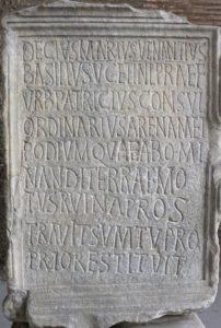 Epigrafe messa in posa in occasione del restauro dell'Anfiteatro Flavio dopo un terremoto / ph Veronica Quintili