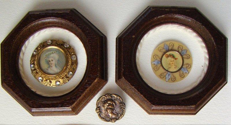 A sinistra: bottone su metallo con otto zaffiri e otto rosette, la miniatura sotto vetro in cerchio dorato. Databile metà 1800. A destra: bottone su materiale sperimentale (xilolite) dipinta a mano la parte esterna, miniatura sotto vetro cerchio dorato. Databile fino 1800.