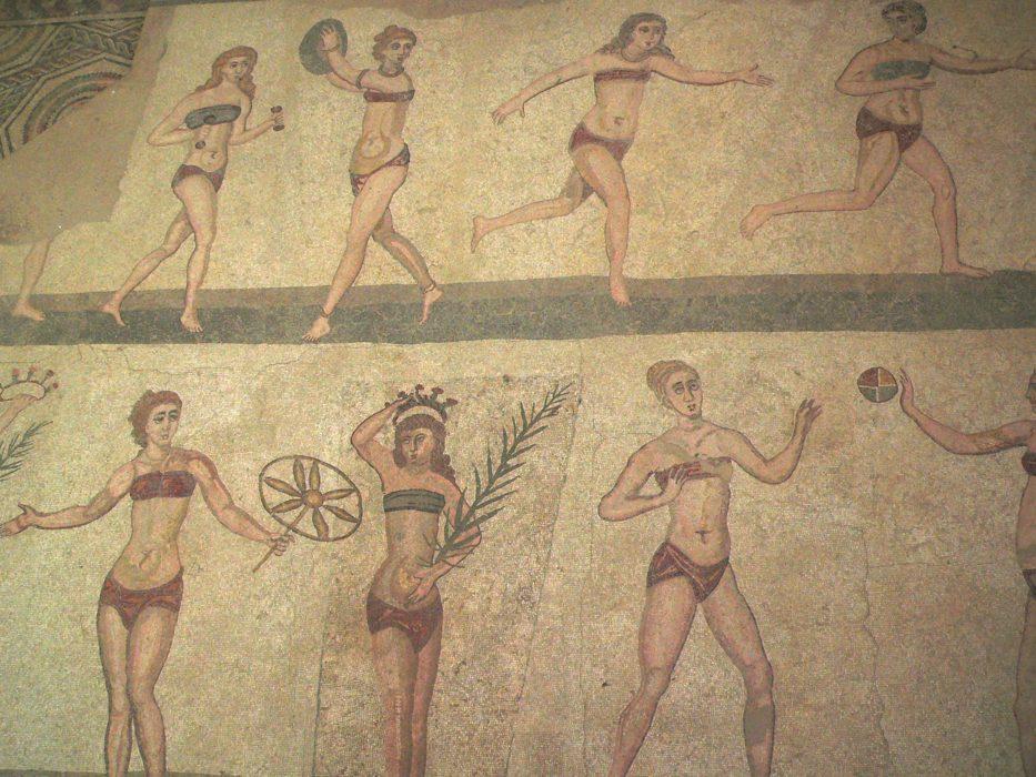 Atlete in bikini/ M. Disdero - M. Disdero https://upload.wikimedia.org/wikipedia/commons/0/0a/Casale_Bikini.jpg